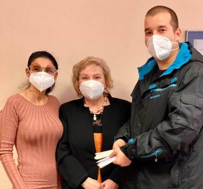 Elektrikár venoval bánovskej nemocnici chrániče uší na respirátory